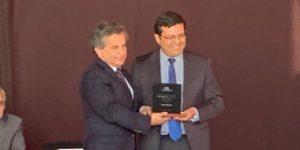 Director de Ingeniería Civil Química recibe distinción como Profesor de Excelencia