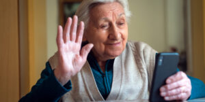 Conexión Mayor : uso de nuevas tecnologías y redes sociales en personas mayores